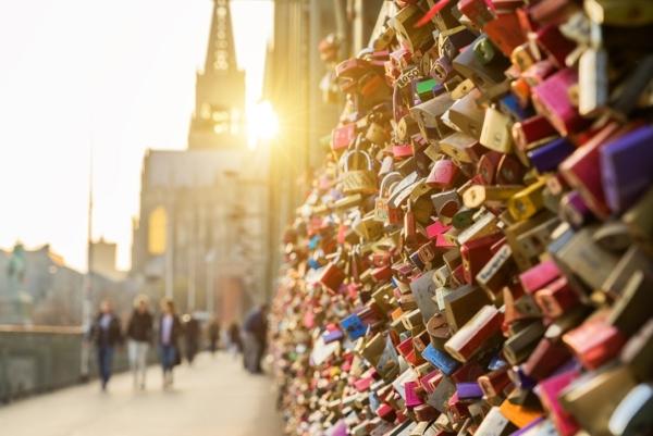 Hunderte Liebesgrüße auf einem Zaun