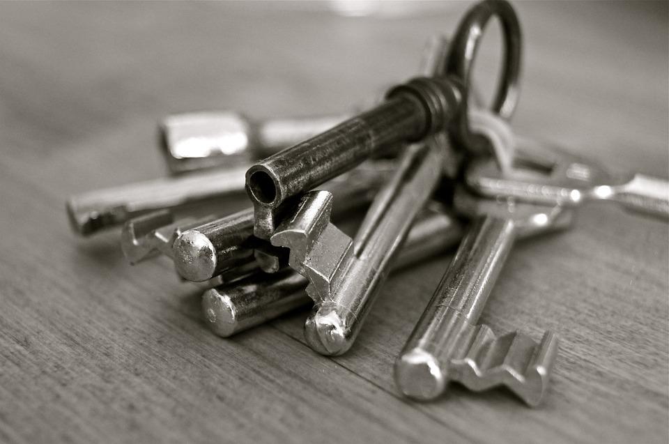ein Schlüsselbund liegt am Tisch