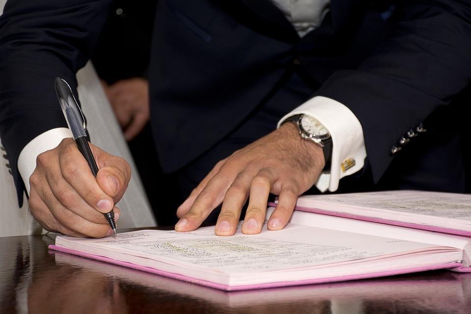 Vertragsunterzeichnung durch einen Mann in Anzug