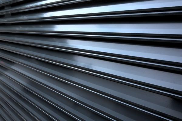 Detailansicht des Gartenzauns Trento aus Aluminium mit Querlatten