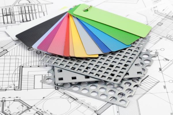 Eine Farbpalette mit Materialproben und Skizzen