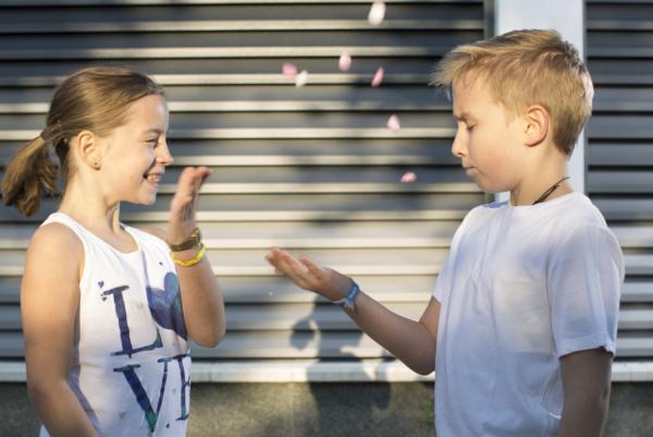 Man erkennt zwei Kinder vor einem GUARDI Zaun