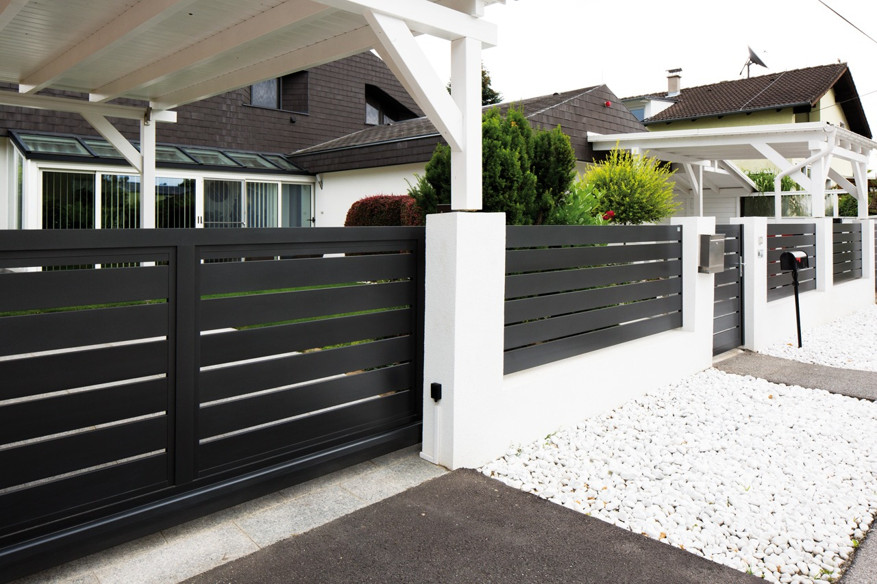 GUARDI Österreich Triest Aluzaun modern elegant dunkel Aluminium Zaun