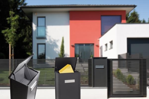 Einfamilienhaus mit einem Zaun aus Aluminium und einer integrierten Paketbox, die durch Renderings in allen Varianten gezeigt wird