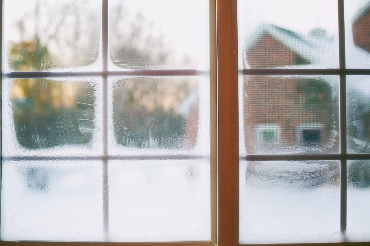 GUARDI Österreich Winter Fenster kalt Frost Fensterbank