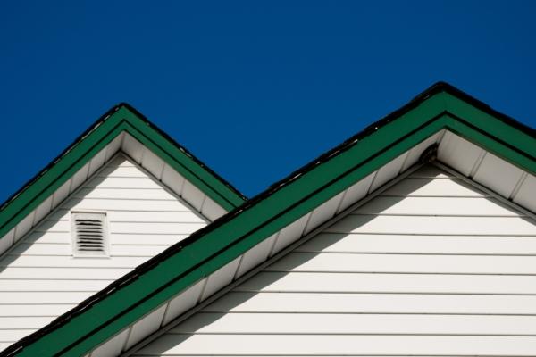 Weißes Haus mit einem grünen Steildach