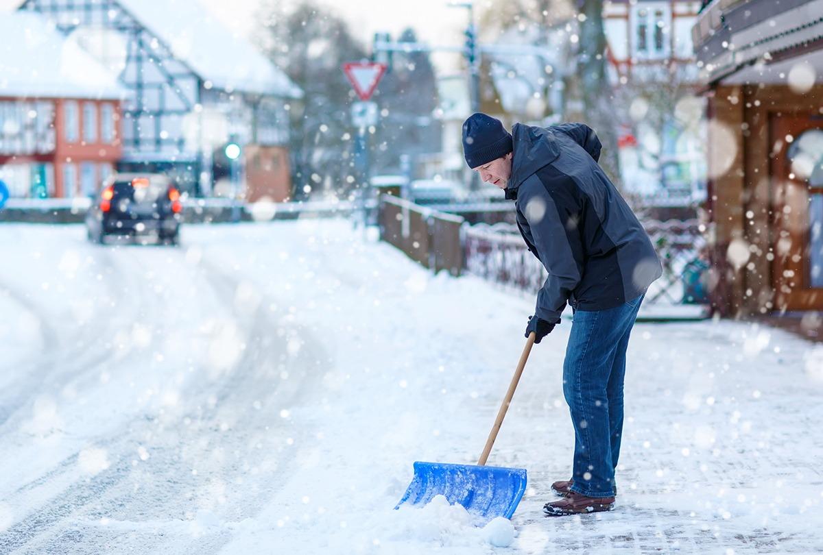 Guardi_Österreich_Schneeschaufeln