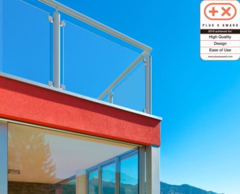 Bild eines Glasbalkons mit Stehern