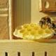 Zwei Bienen bei einer Bienentränke in Nahaufnahme