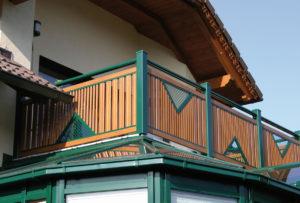 das Balkon Modell kitzbühel in moderner holzoptik mit grünen Stehern und grünem Handlauf