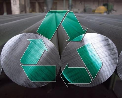Aluminiumstangen liegen nebeneinander, darüber gemalt ist ein grünes Recycling-Zeichen