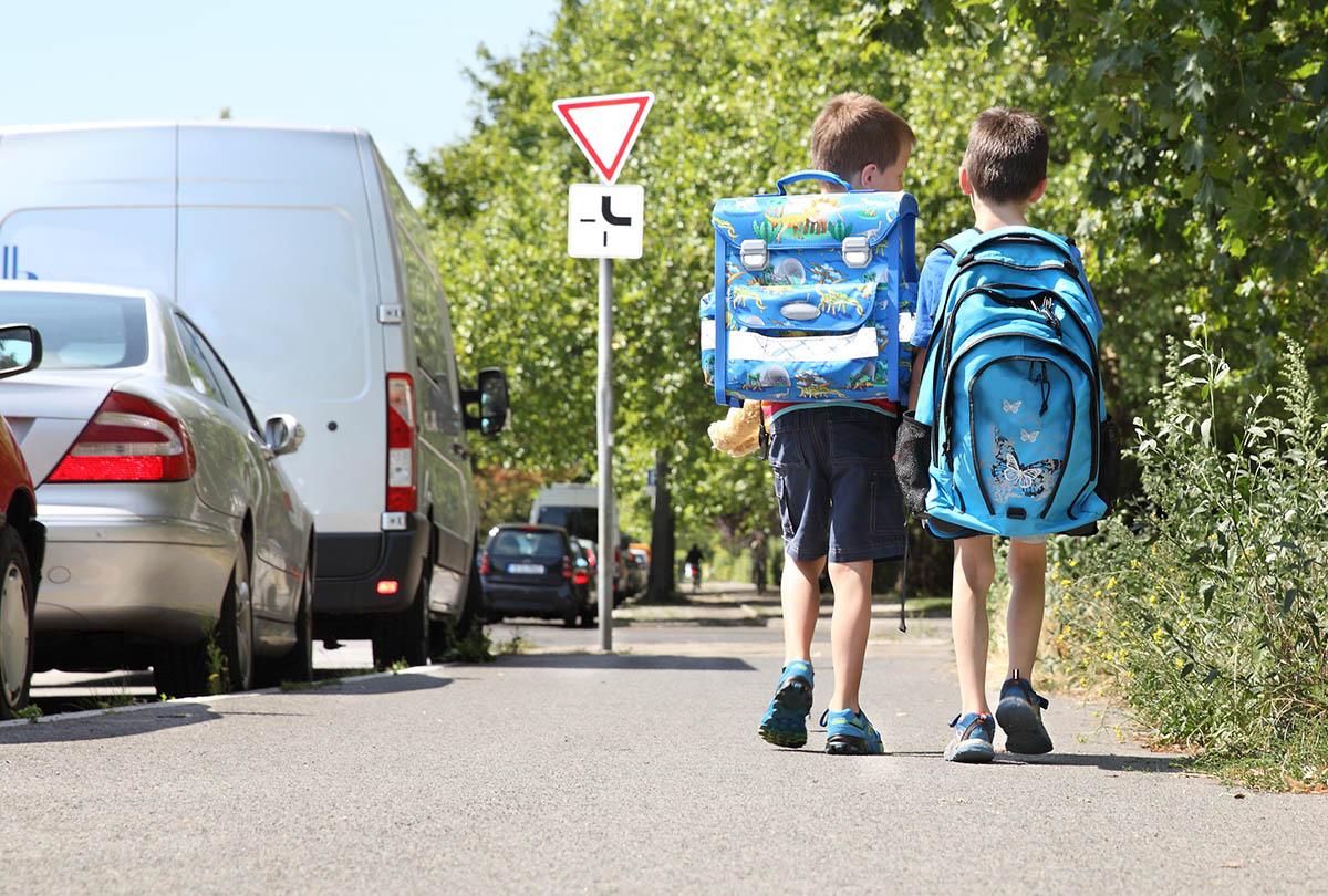 Kinder am Weg zur Schule