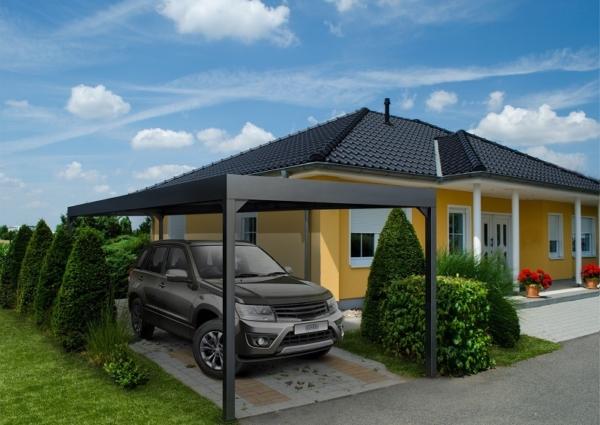Carport aus Aluminium in anthrazit dient als Unterstellplatz für einen Geländewagen vor einem Einfamilienhaus
