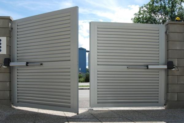 Geöffnetes Zweiflügeltor aus Aluminium mit Querlatten und blickdicht in grau