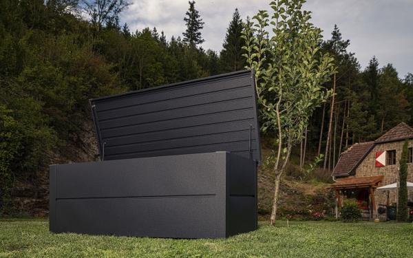 Guardi Kissenbox steht im Garten, offener Deckel zeigt großen Stauraum