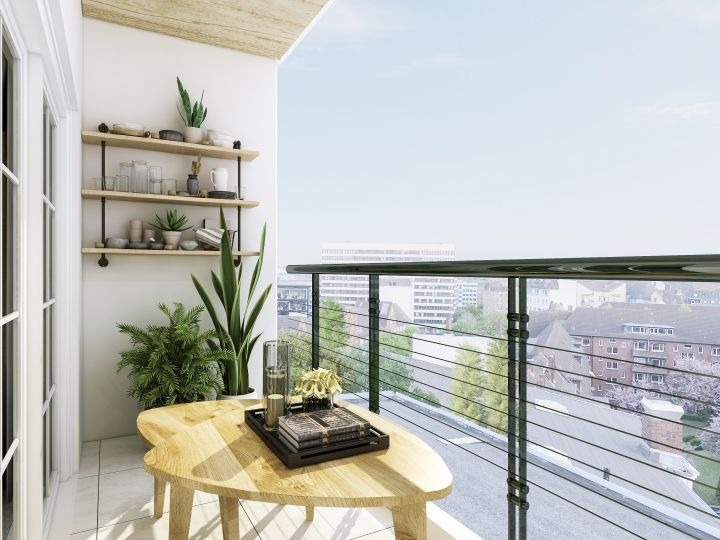 Man erkennt einen Balkon auf dem ein kleiner gelber Tisch steht