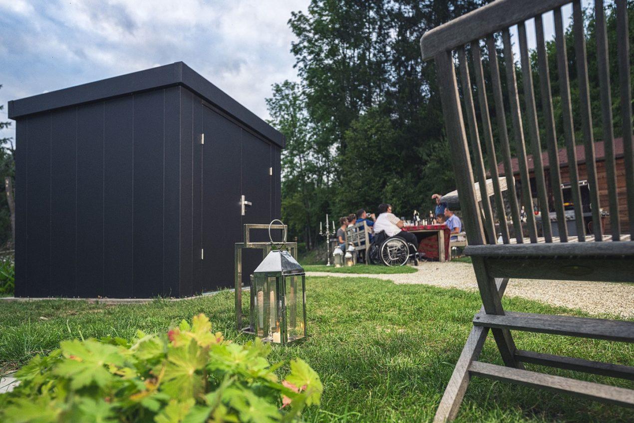 Guardi Gartenhaus steht auf einem Grundstück, dahinter ein Teich mit idyllischem Ambiente