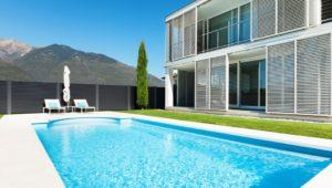 Das Sichtschutzzaun Modell Nouveau steht im Hintergrund, im Vordergrund ist ein Pool zu sehen