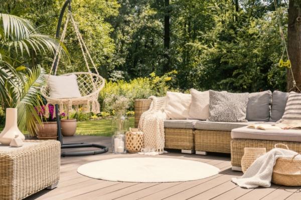 Man erkennt eine Terrasse mit Couch und bequemen Sitzmöglichkeiten