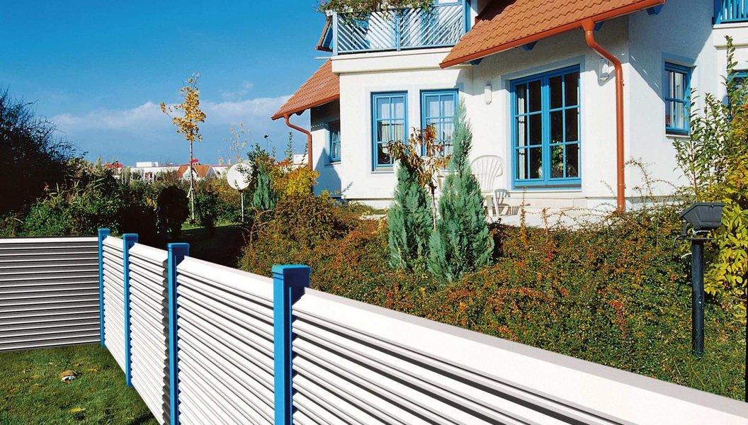 Einfamilienhaus mit farblich dazu passendem Gartenzaun aus Aluminium mit Querlatten und Sichtschutz