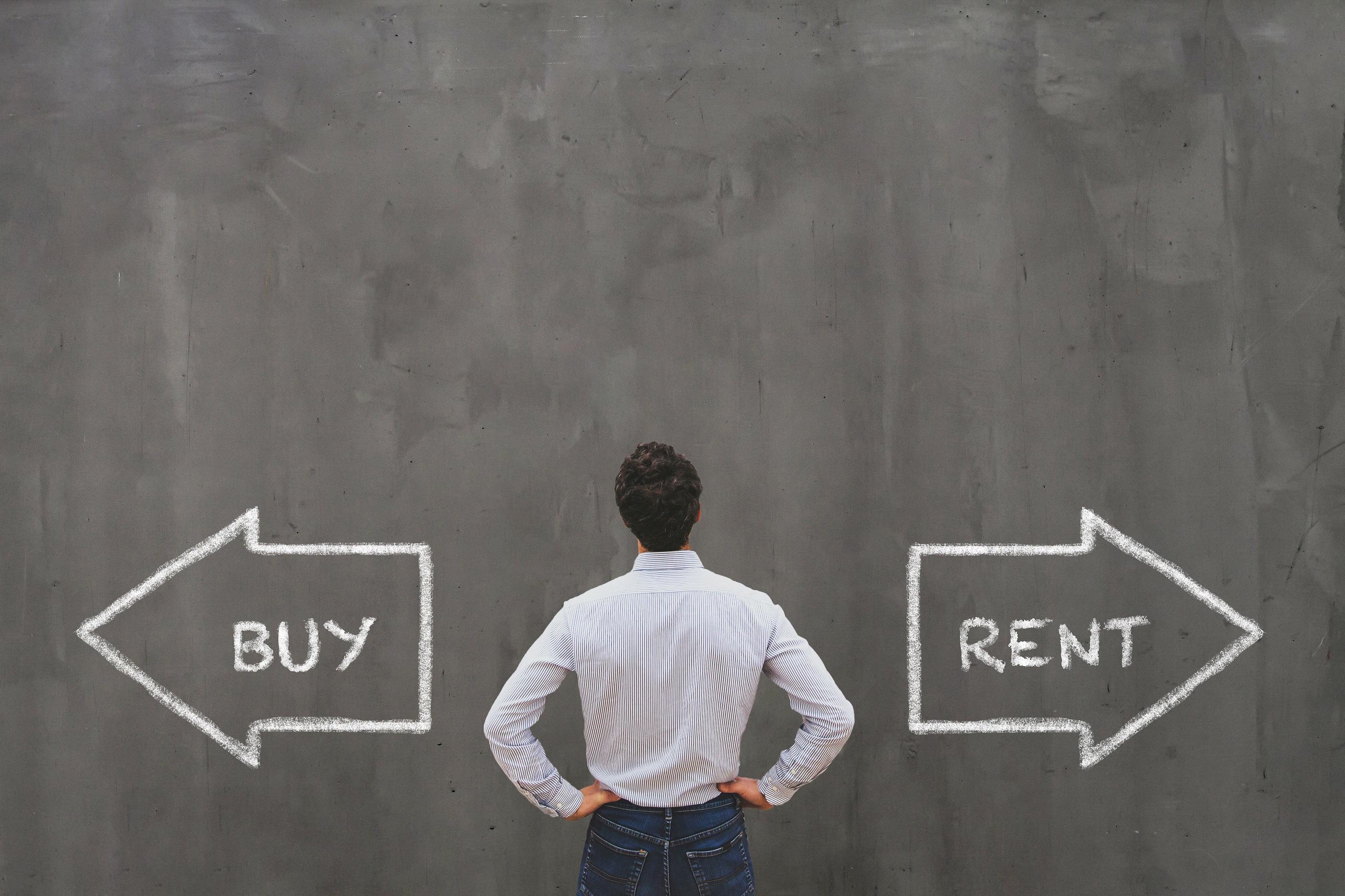Ein Mann steht vor zwei Pfeilen auf denen Buy und Rent steht