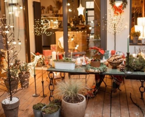 eine weihnachtlich geschmückte terrasse
