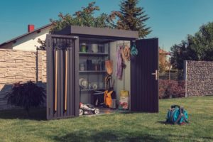 Man erkennt eine GUARDI Gartenhütte. In der Hütte stehen diverse Gartenutensilien