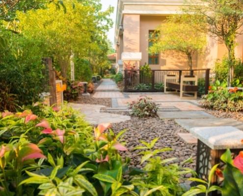 Man erkennt einen Vorgarten mit vielen Blumen
