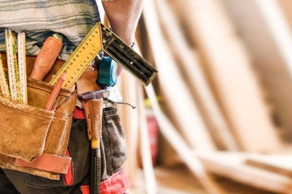 Handwerker mit Werkzeuggürtel
