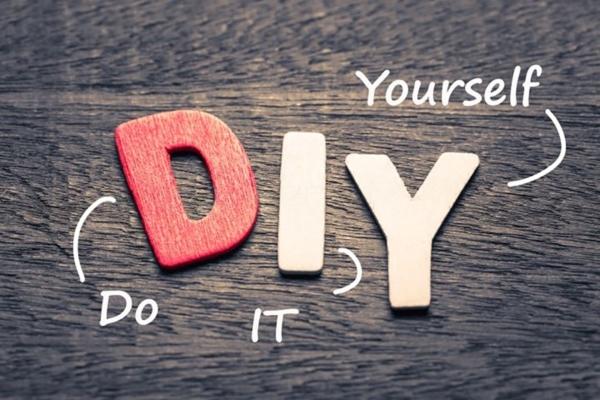 """Die drei Buchstaben """"D"""" """"I"""" und """"Y"""" liegen auf einem Tisch mit den Erklärungen dazu, wofür die im Wort DIY Stehen"""