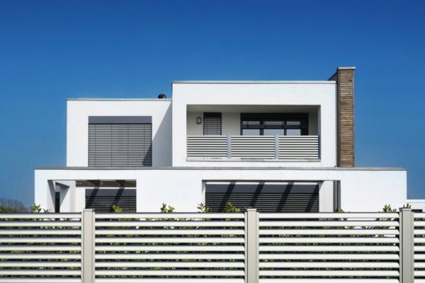 Vorderansicht eines modernen Hauses mit einem Sichtschutzzaun und passendem Sichtschutzbalkon in silber