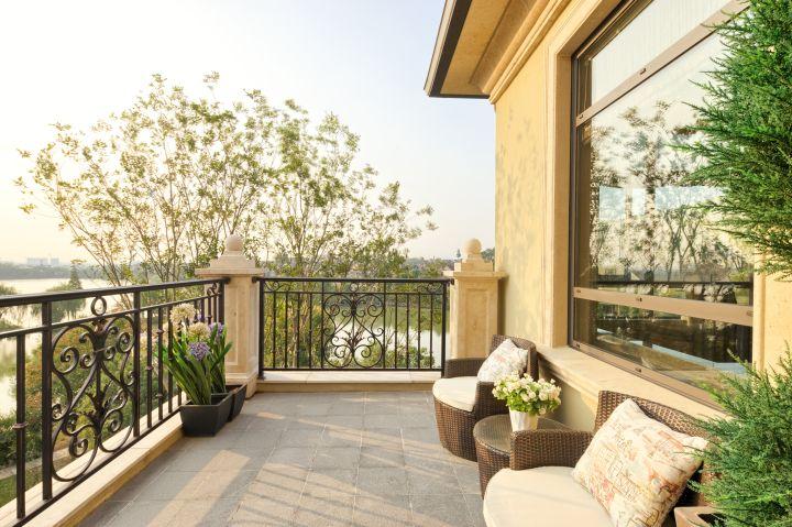 Man erkennt einen modernen Balkon mit schönen Balkonmöbeln
