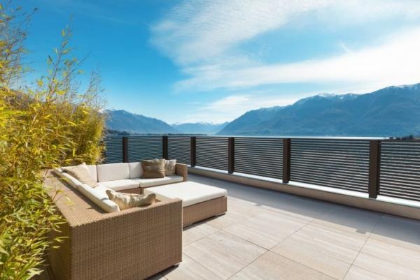 Zu sehen ist ein GUARDI Linea Balkon. Im Hintergrund ist ein schöner blauer Himmel