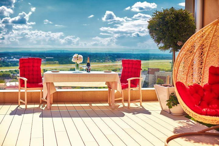 Zu erkennen ist eine schön dekorierte Terrasse mit gemütlichen Sitzmöglichkeiten.