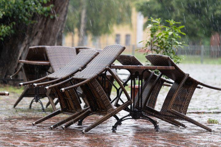 Zu erkennen sind Gartenmöbel die aufgrund eines Unwetters gekippt wurden.