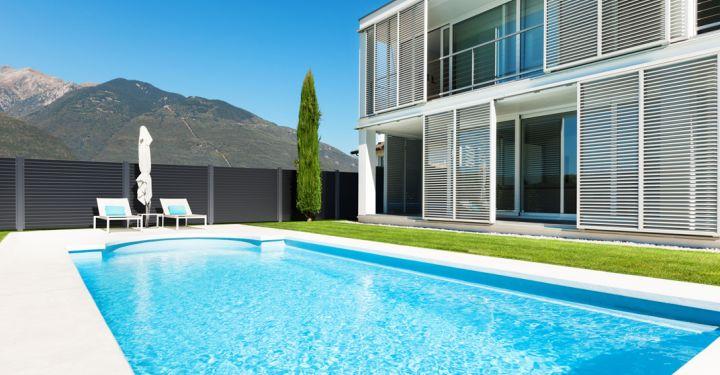 Man erkennt ein Pool und einen GUARDI Nouveau Gartenzaun