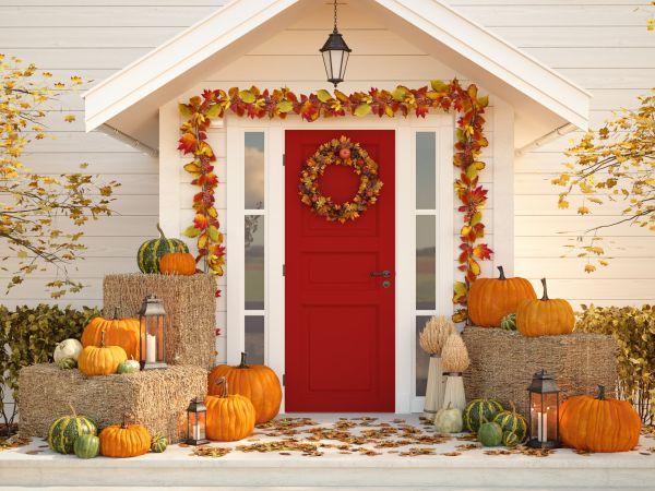 Man sieht einen Eingangsbereich, der mit Herbstdekoration versehen wurde.