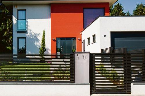 Lamellenzaun in anthrazit mit passender Briefkastensäule, Modell Linea, vor modernem Haus mit Garage