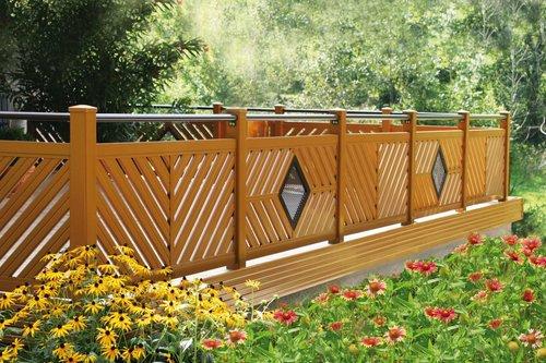 Balkongeländer in Holzoptik vom Modell Flachau mit rundem Handlauf, auf der Außenseite sind blühende Blumen zu sehen