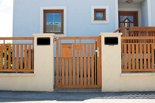 Gartentüre in Holzoptik, Modell Roma, Hauseingang in beige Mauer integriert