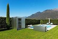 Gartenhaus und Gartenbox aus Stahl in silber metallic stehen neben einem Pool