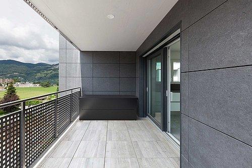 Gartenbox aus Stahl in anthrazit auf Balkon