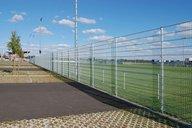 Doppelstabmattenzaun verzinkt umzäunt ein Sportfeld