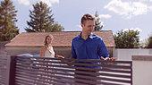 """Bild aus der GUARDI Werbekampagne """"Ein (Zaun)leben lang"""" mit einem Hochzeitsausschnitt"""